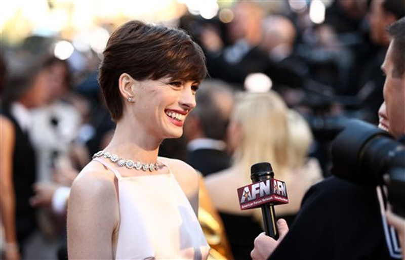 Anne Hathaway wins best supporting actress for
