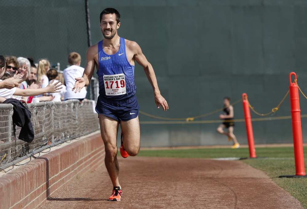 Rob Gomez of Portland wins the overall winner with a time of 15 minutes, 19 seconds.