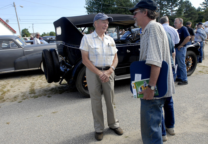Auto collector Phil Hall talks with bidders prior to selling more than 100 cars on Saturday. Behind him is a 1924 Pierce-Arrow 7-seater that sold for $40,700.