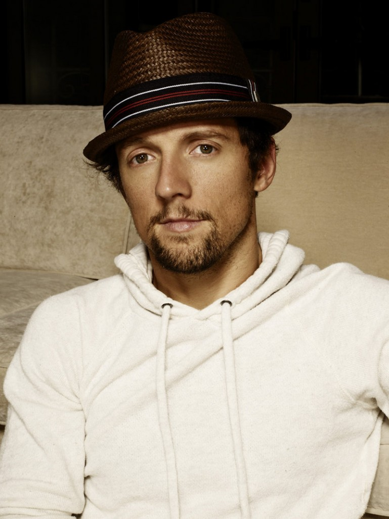 Jason Mraz likes outdoor concerts like the one he'll be headlining this weekend in Bangor as part of the Hollywood Slots Waterfront Concert Series.