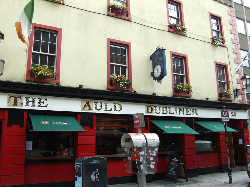 The Auld Dubliner pub offers live Irish music and Bailey's cheesecake.