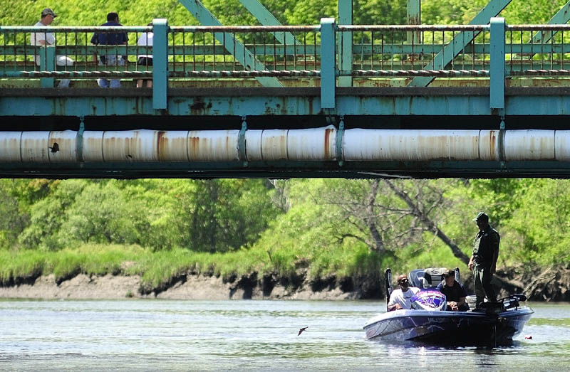 People on the Route 24 bridge watch as one of the search boats returns to Philip Mailly Waterfront Park in Bowdoinham as the search for Santana Dubon, 32, of Portland continues this morning.
