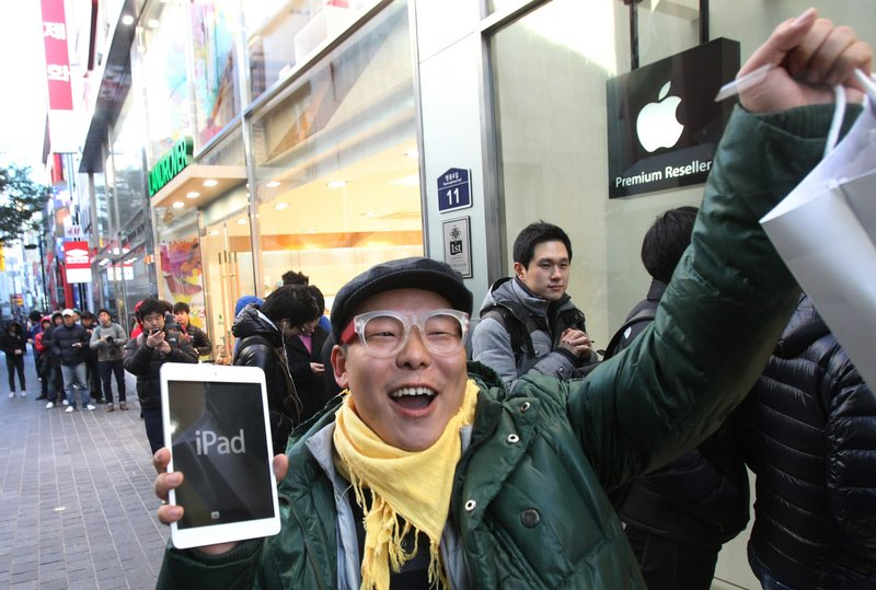 A shopper reacts after buying a new iPad Mini in Seoul, South Korea, earlier this month. Apple has plenty of competition in tablet computers now, giving consumers a variety of good choices in sizes and capabilities.