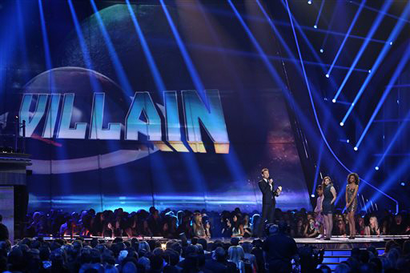 Tom Hiddleston accepts the award for best villain for