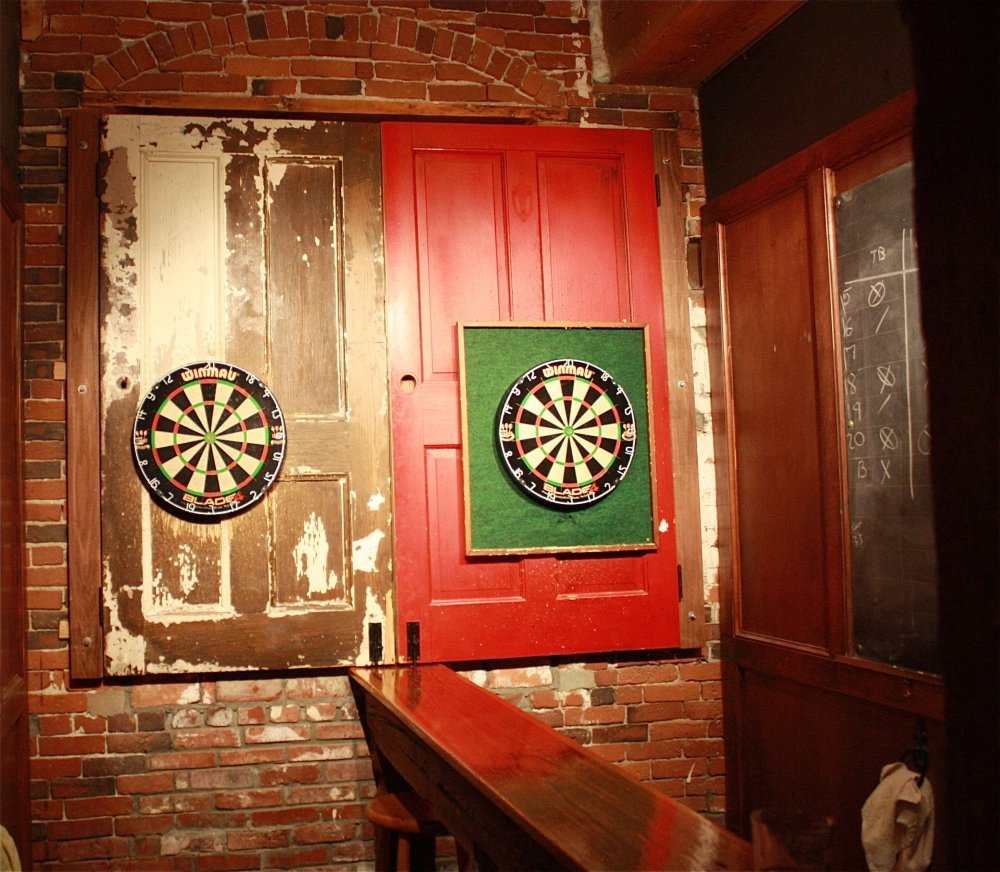 Amenities include a well-loved darts zone.