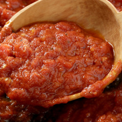 Pizzaiola, a brightly flavored sauce with the flavors of pizza, is made with tomatoes, olive oil, garlic, dried oregano and a little salt.