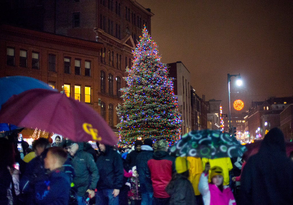 Portland kicks off holiday season with tree lighting in Monument ...