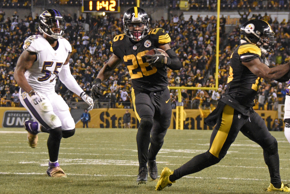 Steelers running back Le'Veon Bell runs to the end zone past Ravens outside linebacker Terrell Suggs for a touchdown during the Steelers' 31-27 win Sunday in Pittsburgh.