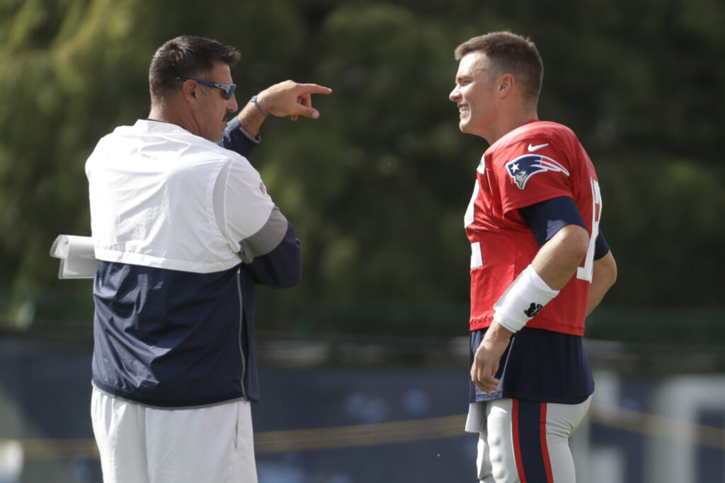 Mike Vrabel, left, had no issues giving Patriots quarterback Tom Brady a hard time when Tennessee and New England practiced together this week. Vrabel, a former teammate of Brady's in New England, is now the Titans head coach.