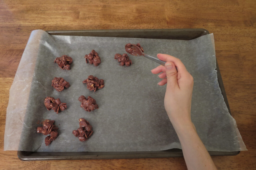 Plop rounded spoonfuls of the pumpkin-chocolate mixture on a tray.