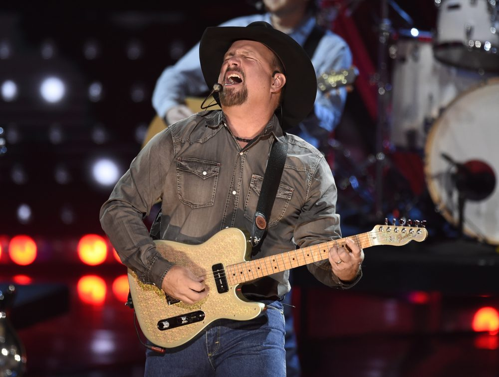 Photo of Garth Brooks concert to be played at 300 drive-in theaters – Portland Press Herald | Press Herald