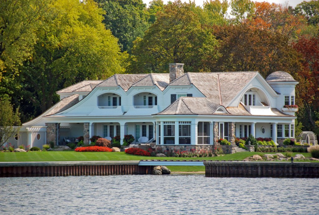 No doubt this house was built to take advantage of a beautiful lake. Unfortunately, its gleaming waterfront lawn imperils that very feature: Rainfall washes serious pollutants directly into the lake, and the lawn offers no barriers to slow them down. But savvy lakefront homeowners can landscape in ways that help keep the water free from deadly algae blooms.
