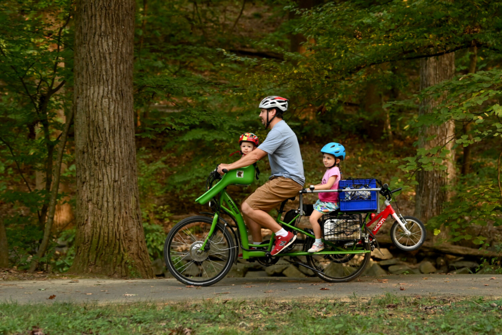 Paul Snodgrass often drops his children off or picks them up from day care on his electric bike during his 15-minute commute to work in Arlington, Va. MUST CREDIT: Washington Post photo by Katherine Frey.