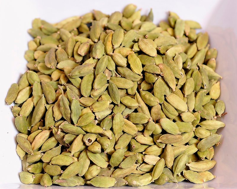 GREEN CARDAMOM – Used in India and the Middle East, the cardamom pod is the fruit of a tropical plant related to ginger. The Suydams describe its aroma as lemony and flowery, and its taste as fruity and bittersweet. It is a popular ingredient in Turkish or Arabic coffee, and in Scandinavian-style cakes and pastries.