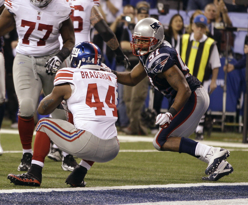 New York Giants running back Ahmad Bradshaw backs into the end zone for the winning touchdown in front of New England Patriots linebacker Jerod Mayo in the final minute of Super Bowl XLVI.