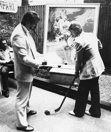 LeRoy Neiman, standing left, sketches then-Edmonton Oilers star forward Wayne Gretzky at a restaurant in New York following the unveiling of Neiman's portrait of Gretzky, in this 1981 photo.