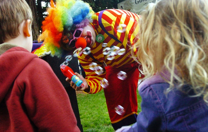 """In this Sept. 27, 2006 file photo, """"Kenny the Clown,"""" otherwise known as Kenneth Kahn, entertains Samuel Hogg 3, left, and Kaya Clementi, 3, right, during the Fairfax Farmer's Market in Marin County, Calif. Kahn, also known as Kenny the Clown, says he unwittingly received the stolen tablet from a friend who was later arrested for breaking into the Jobs residence in Palo Alto, the San Jose Mercury News reported Friday, Aug. 17, 2012. Kahn said he had the iPad for a few days before police came asking for the purloined tablet, which was returned to the Jobs family. The professional entertainer said he never examined the device's contents. Instead he downloaded the """"Pink Panther"""" and other songs to play while entertaining kids and tourists during his clown routine. Kahn said had no idea where the 64GB iPad came from until his friend, 35-year-old Kariem McFarlin of Alameda, was arrested Aug. 2. (AP Photo/Marin Independent Journal, Jeff Vendsel)"""