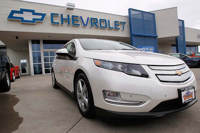 Sales of the Chevrolet Volt set a monthly record of 2,800 in August, mostly because of steep discounts.