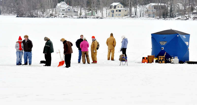 The mild temperatures on Sunda brought out ice fishermen in force to try their luck on China Lake, in China.