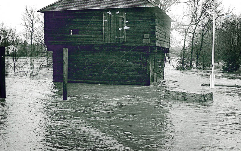 The Fort Halifax blockhouse, shortly before a flood washed the structure away in 1987.