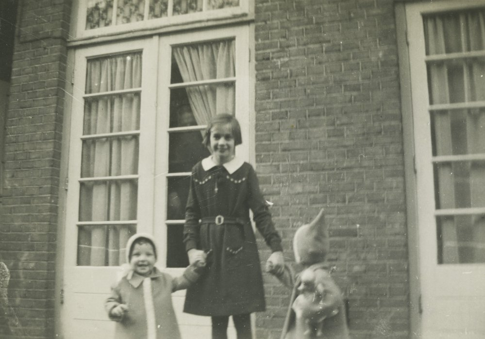 In this 1940 photo provided by the Anne Frank House Amsterdam on Tuesday, Feb. 4, 2014, Toosje Kupers, centre, poses with two girls in Amsterdam.