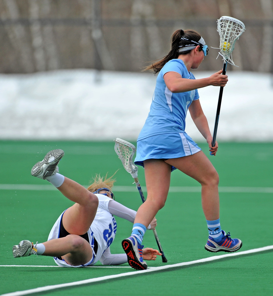 Win: Tufts University's Annie Artz, 11, passes Colby College's Abby Hooper, 29, at Colby College in Waterville on Saturday. Tufts defeated Colby 16-14.
