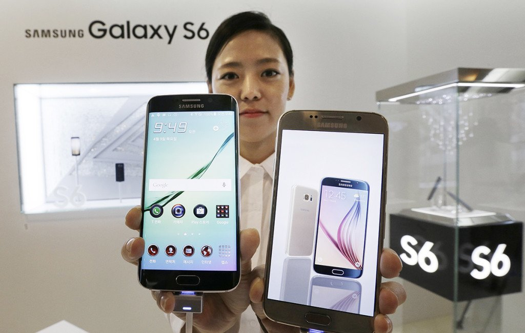 """A model holds Samsung 's Galaxy S6 Edge, left, and Galaxy S6 at the company's headquarters in Seoul. When Samsung dubbed development of its latest smartphones """"Project Zero,"""" it was sounding a note of desperation as sales tumbled and it lost pole position in the crucial Chinese market to rivals Xiaomi and Apple. The Associated Press"""
