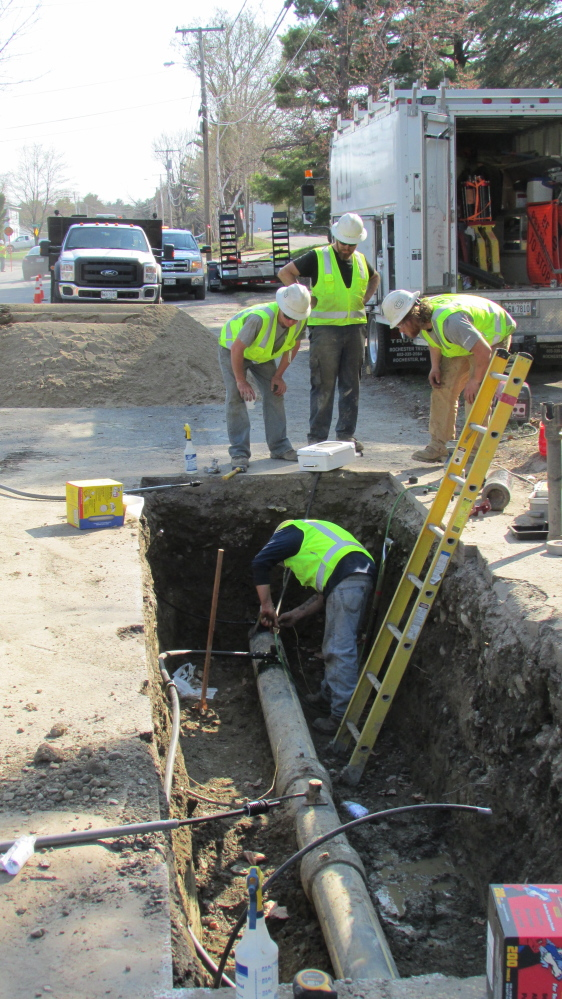 Natural Gas Pipeline Installation : Employees from etti a utilities construction company