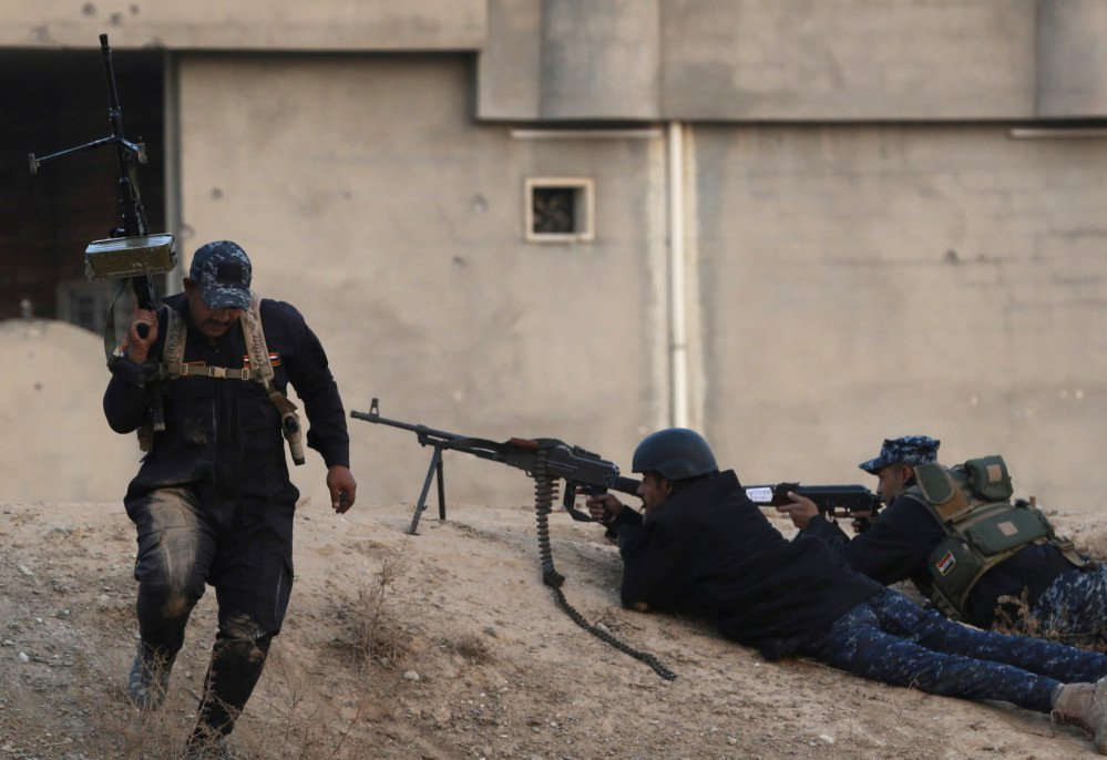Iraqi police forces fight Islamic State militants on the front line outside Mosul on Saturday. Reinforcements have been sent to eastern Mosul after an Islamic State counterattack.