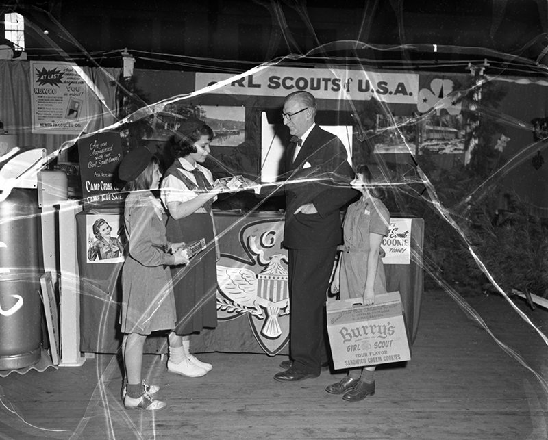scout wars girl scouts accuse boy scouts of recruiting