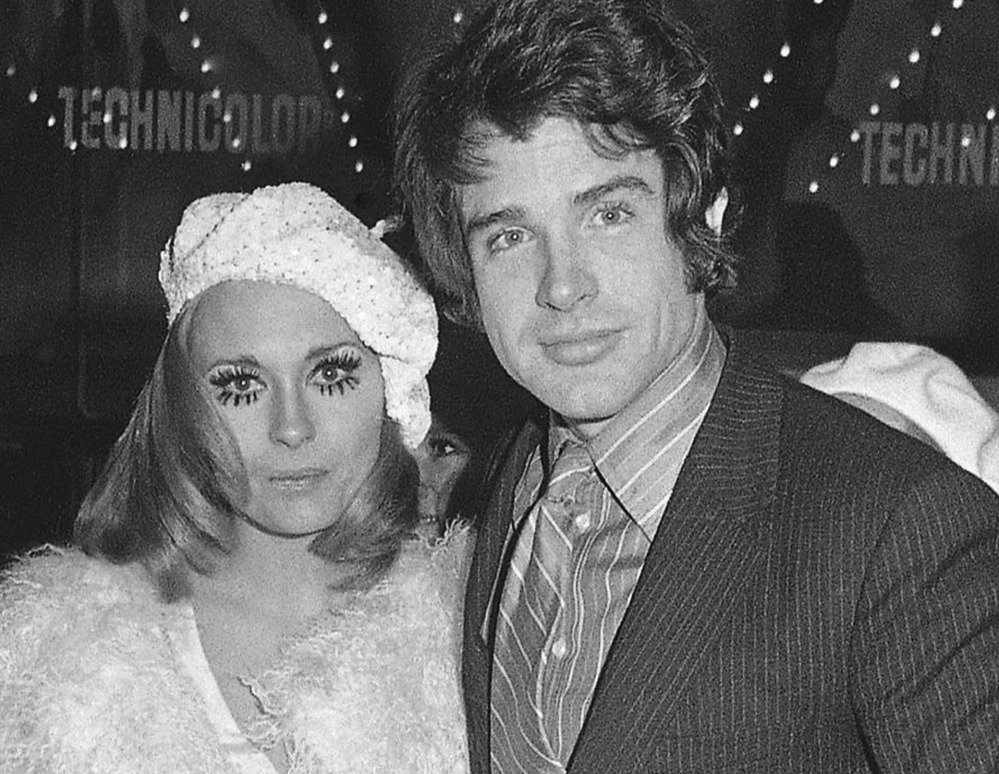 Faye Dunaway and Warren Beatty pose at a