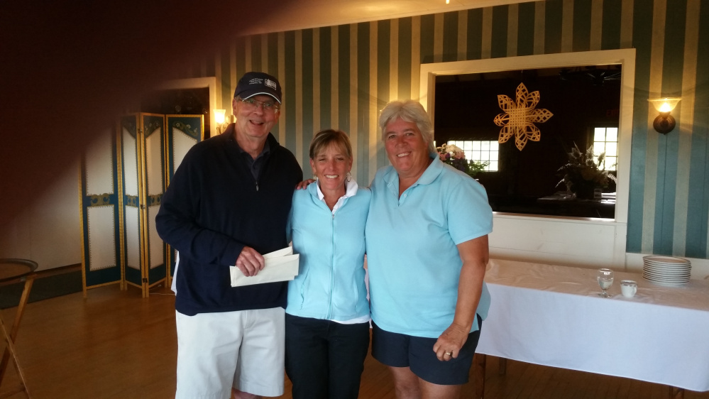 Rick Walker (master of ceremony), left, with Women's 1st Place winners Jackie Patnode and Nancy Skean. Missing from photo is Betsy Hershberg and Liz Schulte.