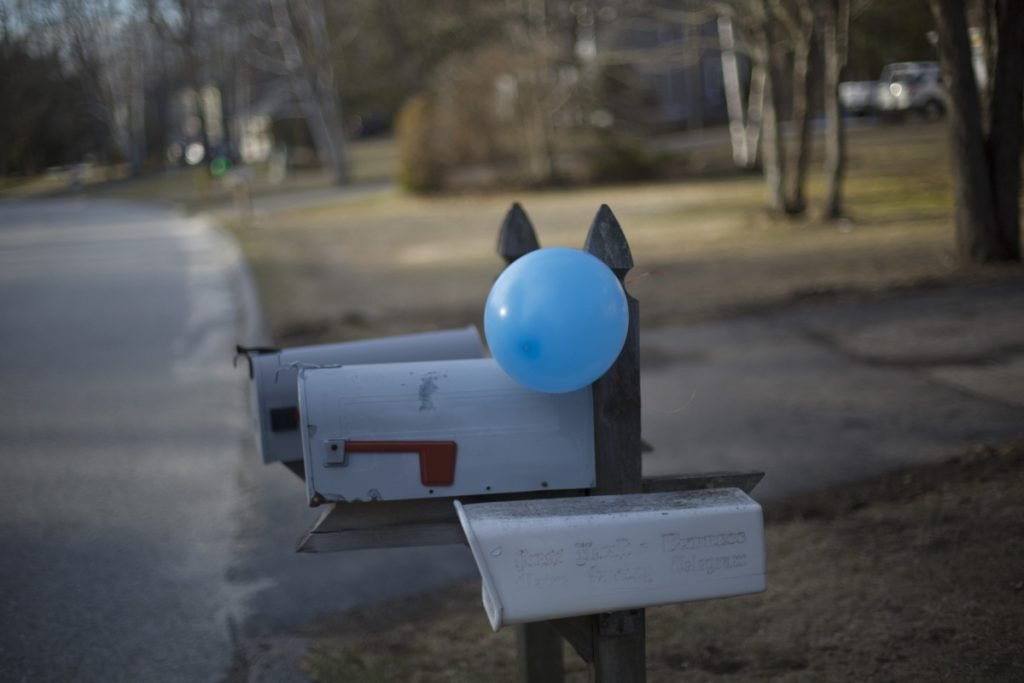 A balloon tied to a mailbox signals one of the host houses.