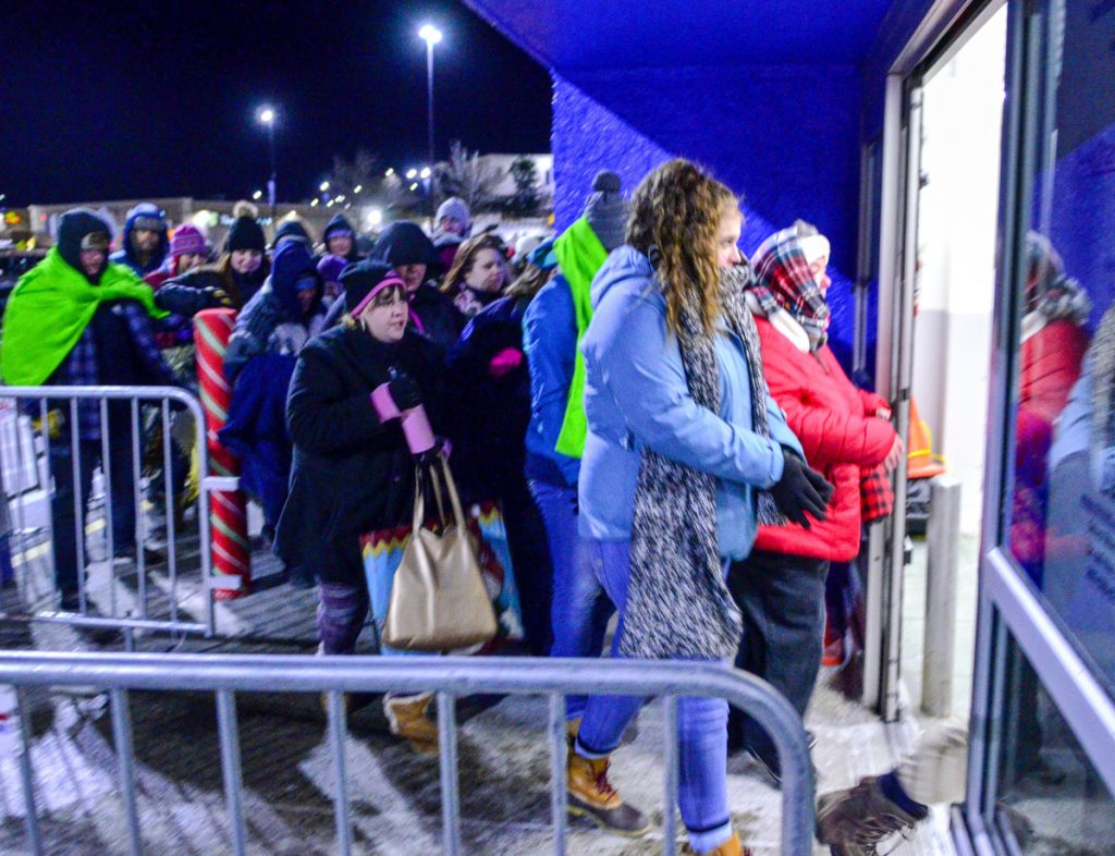 2210ef54ec5 Shoppers shrug off predawn cold for crack at early Black Friday deals