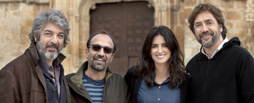 8983 ALTA-edit (l-r.) Actor Ricardo Darín, director Asghar Farhadi, actors Penélope Cruz and Javier Bardem on the set of EVERYBODY KNOWS, a Focus Features release. Credit: Teresa Isasi/Focus Features