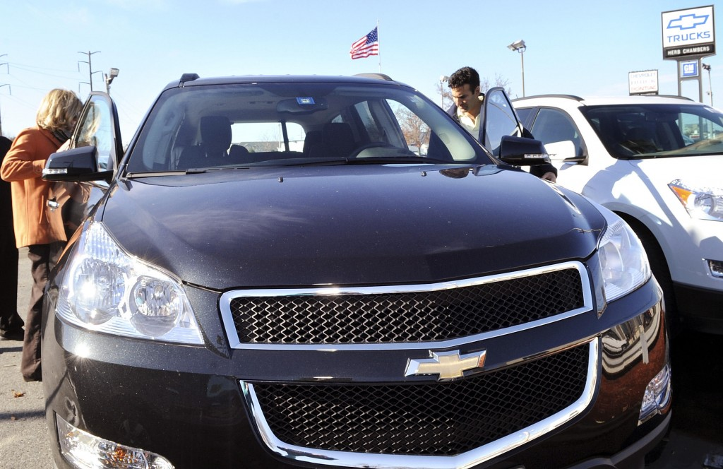 Joanne and Dan Ganim of Hamilton, Mass., look over a Chevrolet Traverse at a Danvers dealership. GM has about 5,500 dealers nationwide.