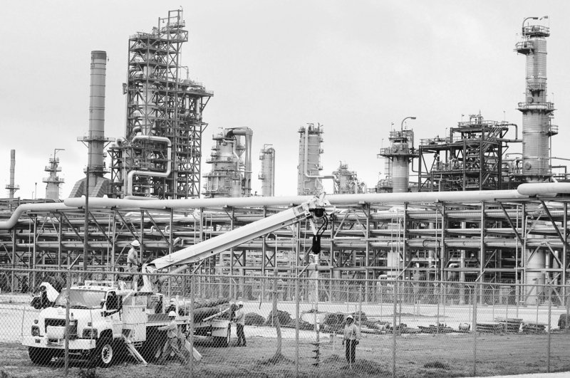 Energy employees work on Marathon's estimated $3.2 billion expansion in Garyville, La. Louisiana politicians are rushing to the defense of the oil-and-gas industry, calling on Washington to end a temporary ban on drilling in the Gulf of Mexico.