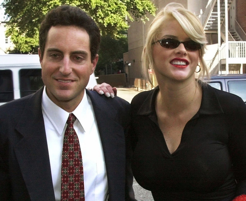 Anna Nicole Smith walks to the courthouse with her boyfriend and attorney, Howard K. Stern, in Houston in October 2000.