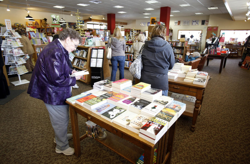Industry analysts say paper copies of books still have mass appeal, but the competition posed by electronic readers and online book sales is still in the very early stages.