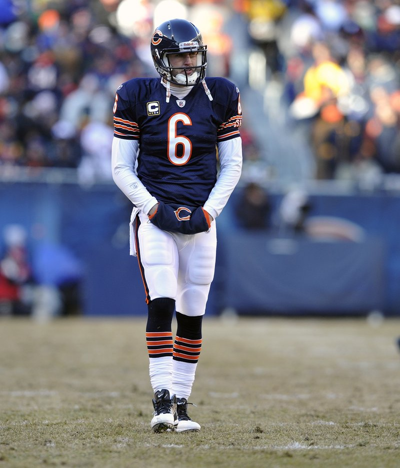 Jay Cutler's early exit from Sunday's NFC final drew criticism from current and former players, but the Bears are rushing to his defense.