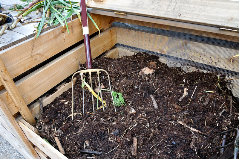 Transferring the leaf pile to the compost heap is agood way to pump up theall-important concentration of carbon.