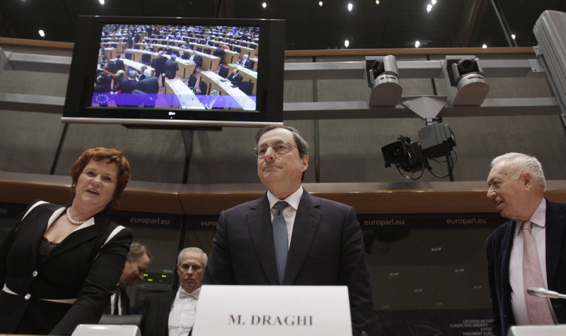 The European Central Bank, led by Mario Draghi, center, on Wednesday issued 489 billion euros in loans to banks to help them lend to businesses.