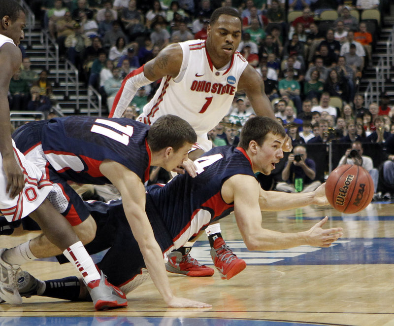 Kevin Pangos gets off a pass after he and Gonzaga teammate David Stockton reached a loose ball in front of Ohio State's DeShaun Thomas in Saturday's NCAA game.