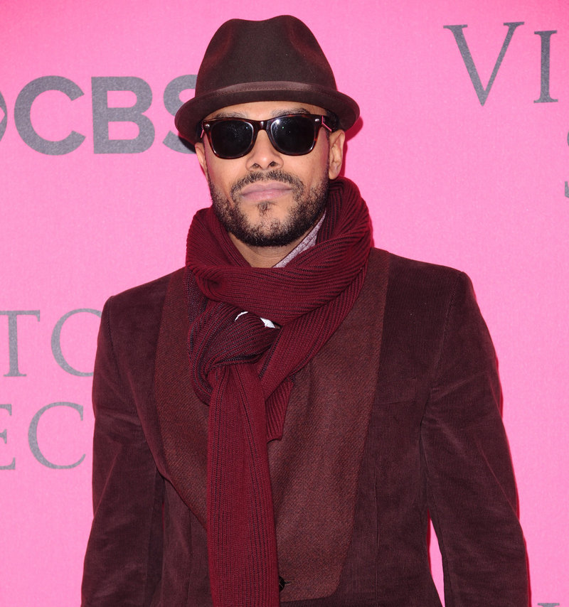 R&B singer Maxwell has canceled his short U.S. tour after developing vocal swelling and hemorrhaging.