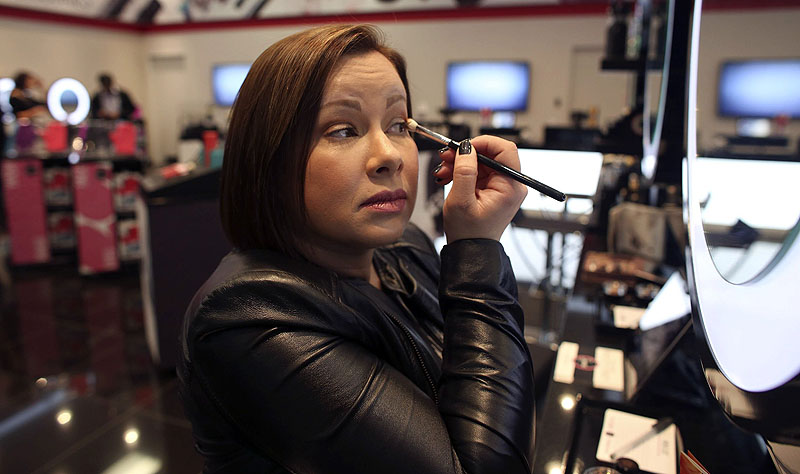 Simone Xavier, CEO and founder of the online beauty store Sigma, touches up her makeup at the retailer's new physical store in leased space at Mall of America in Bloomington, Minn. 04000000 FIN krtbusiness business krtnational national krtedonly mct 04007004 04007005 04007006 krtconsumergoods consumer goods krtnamer north america krtstore store krtusbusiness mail order retail specialty store u.s. us united states 2013 krt2013