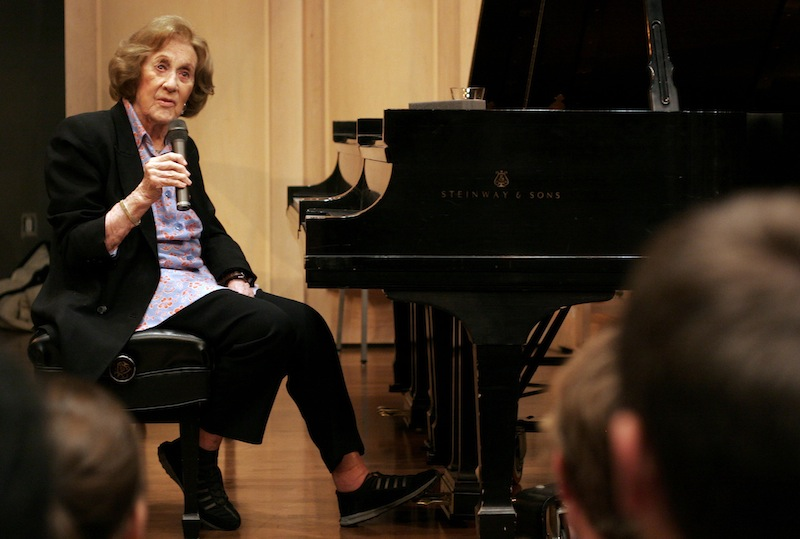 """In this Nov. 13, 2007, file photo, Marian McPartland talks with students at the University of South Carolina during a master class at the School of Music in Columbia, S.C. McPartland, 95, the legendary jazz pianist and host of the National Public Radio show """"Piano Jazz,"""" died of natural causes Tuesday, Aug. 20, 2013 at her Port Washington home on Long Island, NY (AP Photo/Brett Flashnick, File)"""