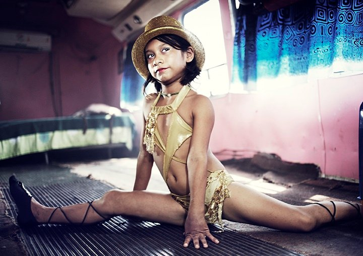 Steven Laxton's images document the lives of six El Salvadorian circus families.