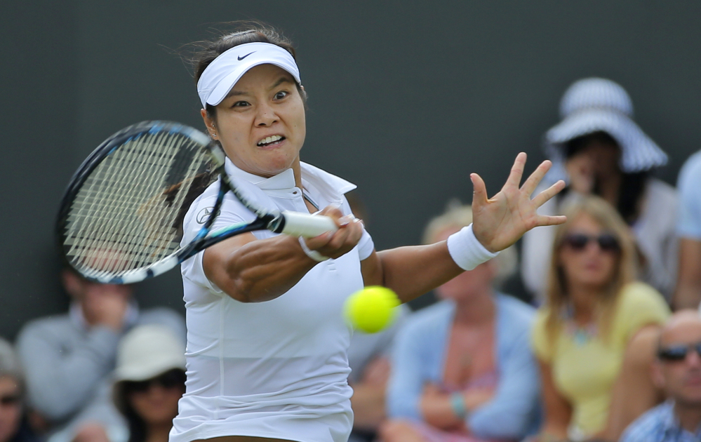 Li Na of China plays a return to Yvonne Meusburger of Austria during women's singles their match at the All England Lawn Tennis Championships in Wimbledon, London, on Wednesday.