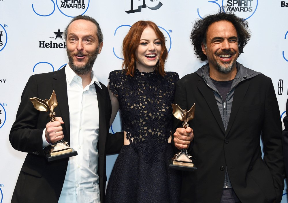"""Emmanuel Lubezki, from left, Emma Stone, and Alejandro Gonzalez Inarritu pose in the press room with the award for best feature for """"Birdman"""" or (The Unexpected Virtue of Ignorance) at the 30th Film Independent Spirit Awards on Saturday, Feb. 21, 2015, in Santa Monica, Calif. (Photo by Jordan Strauss/Invision/AP)"""
