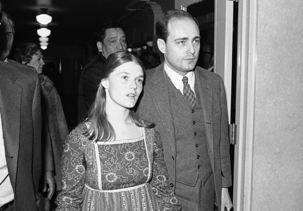 Prosecutor Vincent Bugliosi escorts Linda Kasabian, the state's principal witness against Charles Manson and three women followers, into court on Feb. 24, 1971 during the penalty phase of the Tate-LaBianca murder case.